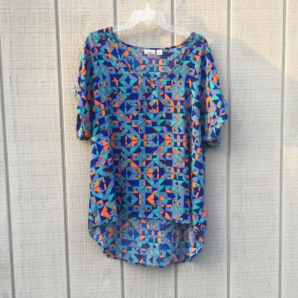 5fa91dfc208 Bold geometric hi-low polyester blouse